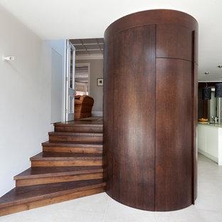 Foto di una scala a chiocciola contemporanea di medie dimensioni con pedata in legno e alzata in legno