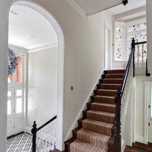 Idées déco pour un grand escalier droit victorien avec des marches en bois, des contremarches en bois et un garde-corps en bois.