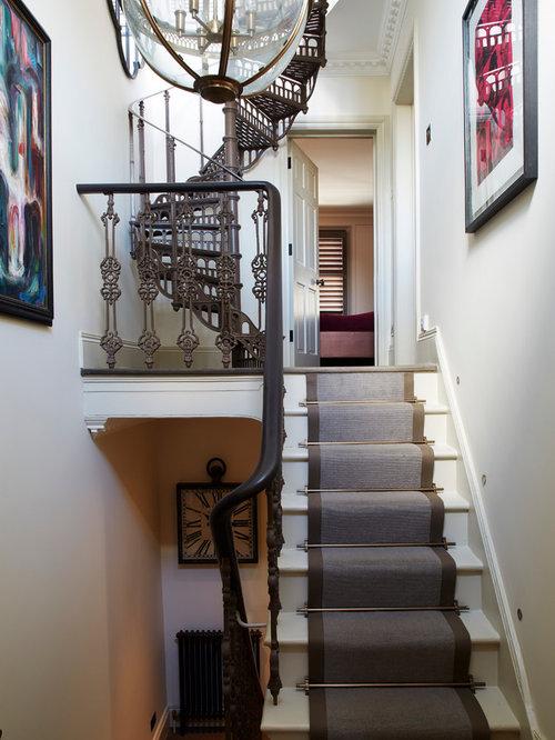 Treppenhaus mit teppich setzstufen und gebeizten holz ...