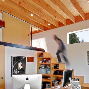 Foto på en liten funkis trappa i trä, med sättsteg i trä