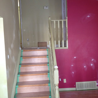 Foto de escalera recta, actual, pequeña, con escalones de madera pintada y contrahuellas de madera pintada