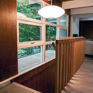 Foto de escalera recta, retro, de tamaño medio, con escalones de madera y contrahuellas de madera