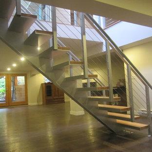 バンクーバーの中サイズの木のコンテンポラリースタイルのおしゃれな階段の写真