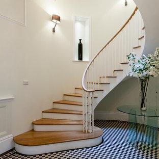 Foto de escalera curva, contemporánea, con escalones de madera