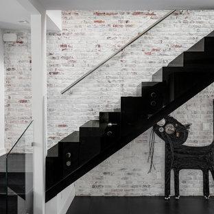 Diseño de escalera en L, actual, con barandilla de vidrio