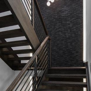 Imagen de escalera recta, moderna, grande, sin contrahuella, con escalones de madera