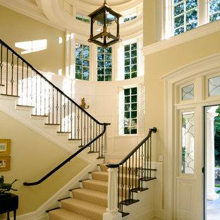 Foto de escalera en U, tradicional, con escalones de madera