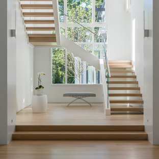Пример оригинального дизайна: большая п-образная лестница в стиле модернизм с деревянными ступенями без подступенок