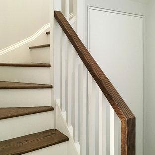 """Esempio di una piccola scala a """"U"""" moderna con pedata in legno e alzata in legno verniciato"""