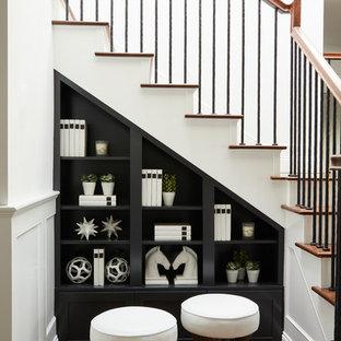 Imagen de escalera en L, tradicional renovada, con escalones de madera, contrahuellas de madera pintada y barandilla de varios materiales