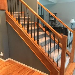 ポートランドの中くらいのカーペット敷きのトラディショナルスタイルのおしゃれなかね折れ階段 (カーペット張りの蹴込み板、混合材の手すり) の写真