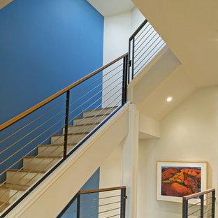 Foto de escalera contemporánea con escalones de madera y barandilla de cable