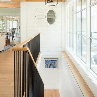 Ejemplo de escalera recta, costera, con escalones enmoquetados y barandilla de varios materiales