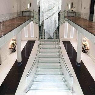 Diseño de escalera suspendida, contemporánea, extra grande, con escalones de vidrio, contrahuellas de vidrio y barandilla de vidrio