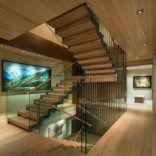 Modelo de escalera en L, actual, grande, sin contrahuella, con escalones de madera