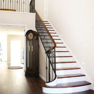 Immagine di una scala a rampa dritta tradizionale di medie dimensioni con pedata in legno, alzata in legno verniciato e parapetto in metallo
