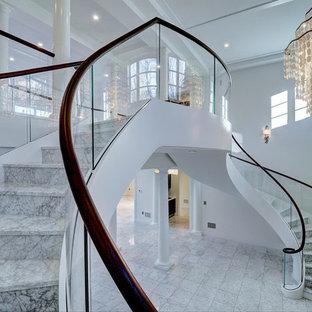 Exempel på en stor klassisk spiraltrappa i marmor, med sättsteg i marmor