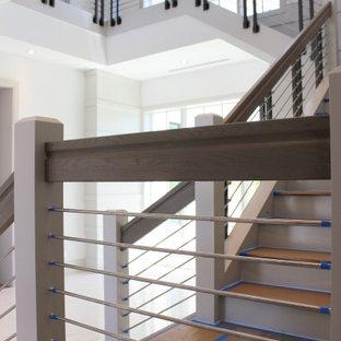 Diseño de escalera en L y madera, tradicional renovada, grande, con escalones de madera, contrahuellas de madera, barandilla de varios materiales y madera
