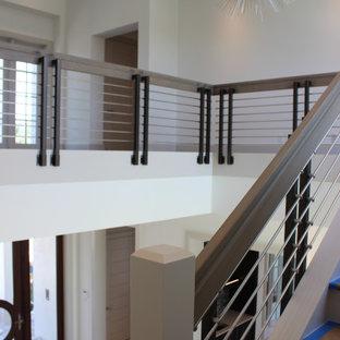Diseño de escalera en L y madera, clásica renovada, grande, con escalones de madera, contrahuellas de madera, barandilla de varios materiales y madera
