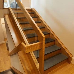 Exemple d'un escalier moderne en U avec des marches en ardoise, des contremarches en bois et un garde-corps en matériaux mixtes.
