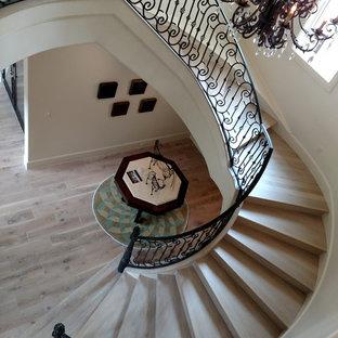 Imagen de escalera de caracol, mediterránea, extra grande, con escalones de madera y contrahuellas de madera
