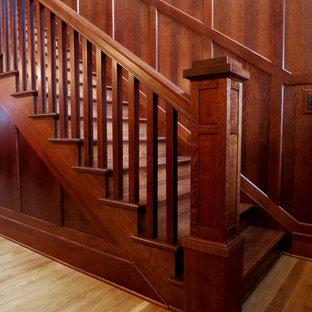 Modelo de escalera recta, de estilo americano, grande, con escalones de madera, contrahuellas de madera y barandilla de madera
