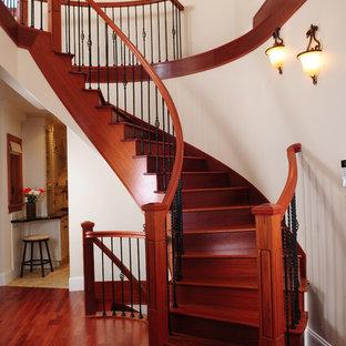 Imagen de escalera tradicional renovada con escalones de madera