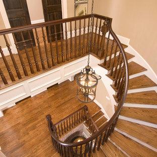 Неиссякаемый источник вдохновения для домашнего уюта: лестница в классическом стиле