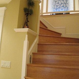 Свежая идея для дизайна: изогнутая лестница среднего размера в классическом стиле с деревянными ступенями и деревянными подступенками - отличное фото интерьера
