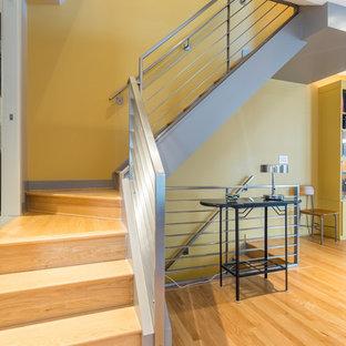 ワシントンD.C.の中くらいの木のモダンスタイルのおしゃれなかね折れ階段 (木の蹴込み板、金属の手すり) の写真