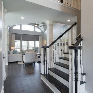 Ejemplo de escalera recta, tradicional renovada, de tamaño medio, con escalones de madera pintada, contrahuellas de madera pintada y barandilla de madera