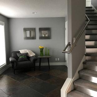 Gewendelte, Mittelgroße Moderne Treppe mit Teppich-Treppenstufen, Metall-Setzstufen und Stahlgeländer in Portland