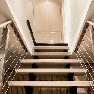 Diseño de escalera recta, tradicional renovada, de tamaño medio, con escalones de metal y contrahuellas con baldosas y/o azulejos