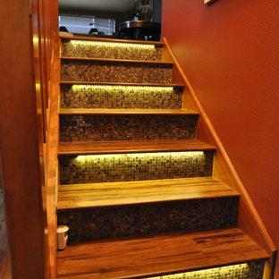 Immagine di una scala a rampa dritta eclettica con pedata in legno e alzata piastrellata