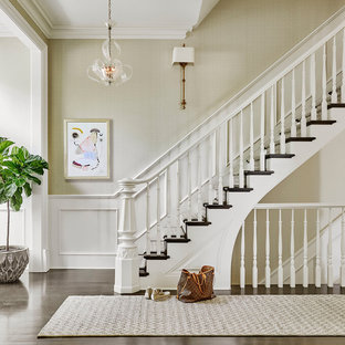 シカゴの中サイズの木のトラディショナルスタイルのおしゃれな直階段 (フローリングの蹴込み板、木材の手すり) の写真