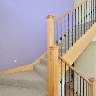 Idéer för en liten modern l-trappa i trä, med sättsteg i trä och räcke i metall