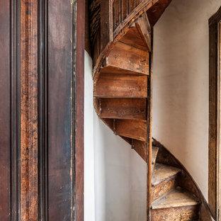 他の地域の小さい木のヴィクトリアン調のおしゃれならせん階段 (木の蹴込み板) の写真