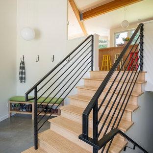 Ejemplo de escalera recta, retro, con escalones de madera y contrahuellas de madera