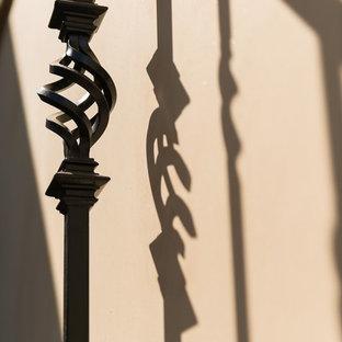 """Immagine di una scala a """"L"""" mediterranea di medie dimensioni con pedata in cemento e alzata in cemento"""