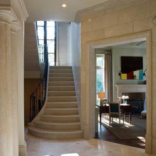 Imagen de escalera en U, clásica, pequeña, con escalones de piedra caliza y contrahuellas de piedra caliza