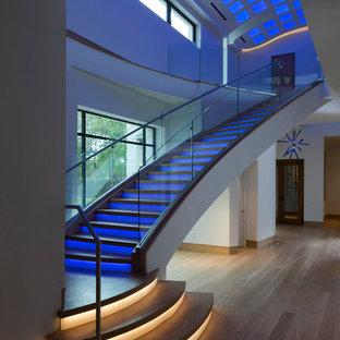 ヒューストンの大きい木のエクレクティックスタイルのおしゃれな直階段 (フローリングの蹴込み板) の写真
