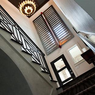 ヒューストンの小さい木のモダンスタイルのおしゃれな折り返し階段 (フローリングの蹴込み板) の写真
