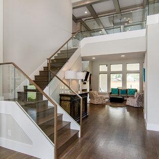 ダラスの木のコンテンポラリースタイルのおしゃれなかね折れ階段 (木の蹴込み板、ガラスの手すり) の写真