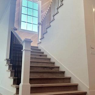 Ejemplo de escalera en U, campestre, extra grande, con escalones de madera, contrahuellas de madera y barandilla de varios materiales