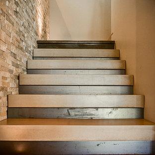 Cette photo montre un escalier sans contremarche moderne en U de taille moyenne avec un garde-corps en métal et des marches en ardoise.