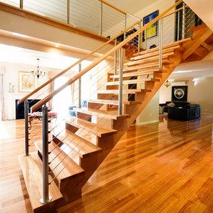 Imagen de escalera recta, moderna, de tamaño medio, sin contrahuella, con escalones de madera
