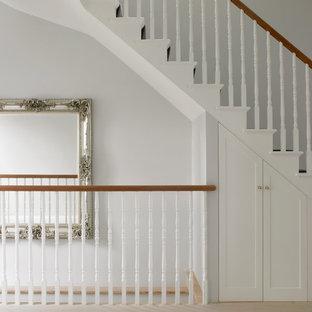 Ispirazione per una scala a rampa dritta tradizionale di medie dimensioni con pedata in moquette, alzata in moquette e parapetto in legno