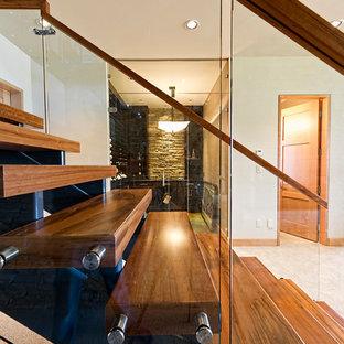 Imagen de escalera en U, rural, grande, sin contrahuella, con escalones de madera y barandilla de vidrio