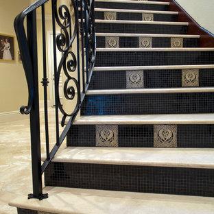 オーランドの中くらいのコンクリートの地中海スタイルのおしゃれな直階段 (タイルの蹴込み板、金属の手すり) の写真