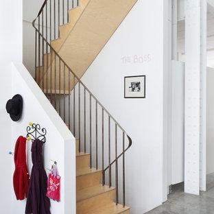 Idée de décoration pour un escalier urbain en U de taille moyenne avec des marches en bois et des contremarches en bois.